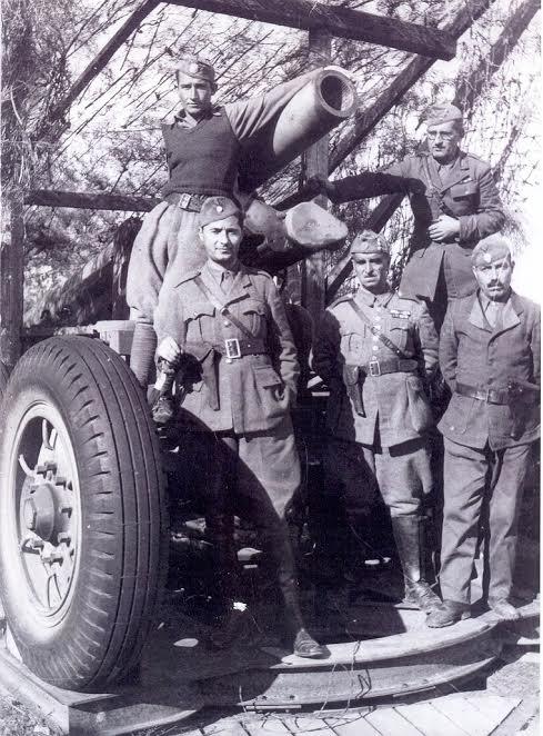 Ελασίτες αξιωματικοί στον Καρά Τεπέ Μυτιλήνης. Στο μέσον όρθιος ο Θανάσης Σκούφος
